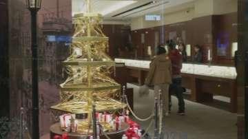 Златна елха посреща клиентите в магазин в Токио