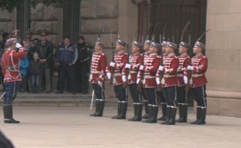 Снимка: Тържествена смяна на караула бе извършена пред президентството