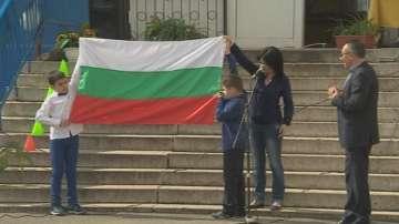 Столично училище получи националния флаг от кампания на БНТ и МОН