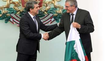 Президентът връчи националното знаме на участниците в 25-ата експедиция