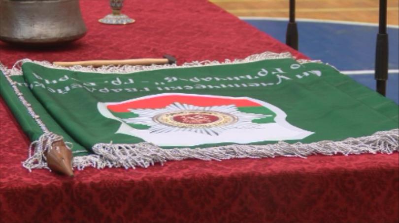 Вицепремиерът и министър на отбраната Красимир Каракачанов днес връчи знамето