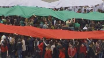 Ученици от Варна направиха живо знаме в двора на училището
