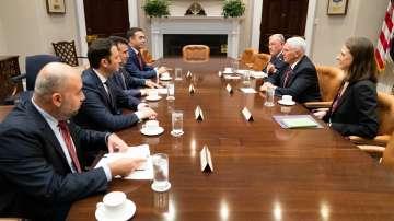 Македонският премиер Зоран Заев разговаря с вицепрезидента на САЩ Майк Пенс