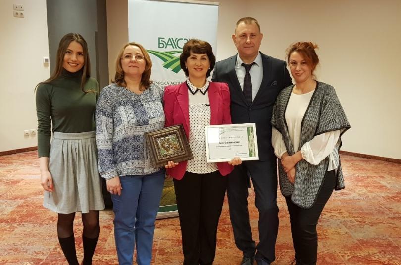 Екипът на Асоциацията на собствениците на земеделски земи у нас връчва наградата на Зоя Велинова